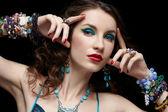 Mooie vrouw in sieraden — Stockfoto