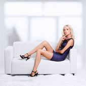 Blondýnka na pohovce — Stock fotografie