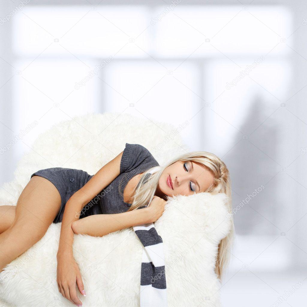 Фото блондинка на белом диване 1 фотография