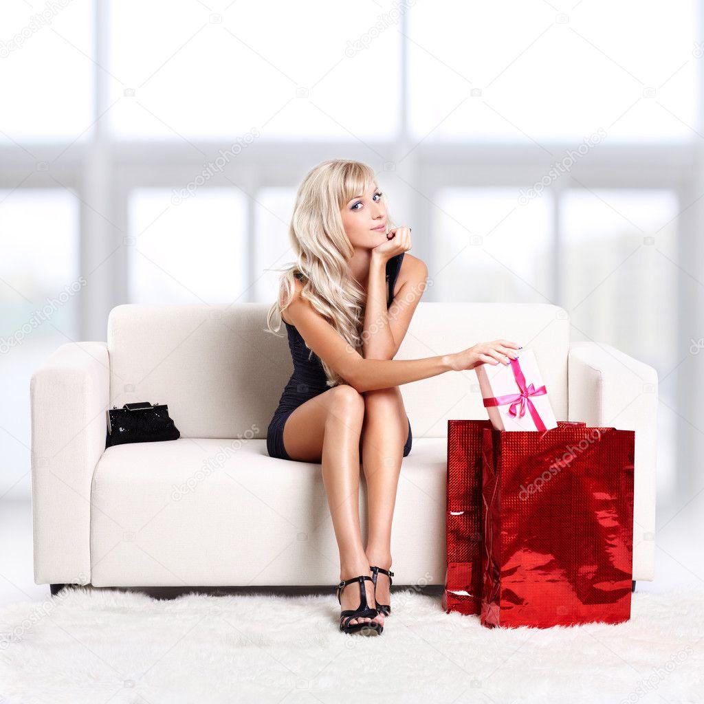 Фото блондинка на белом диване 16 фотография