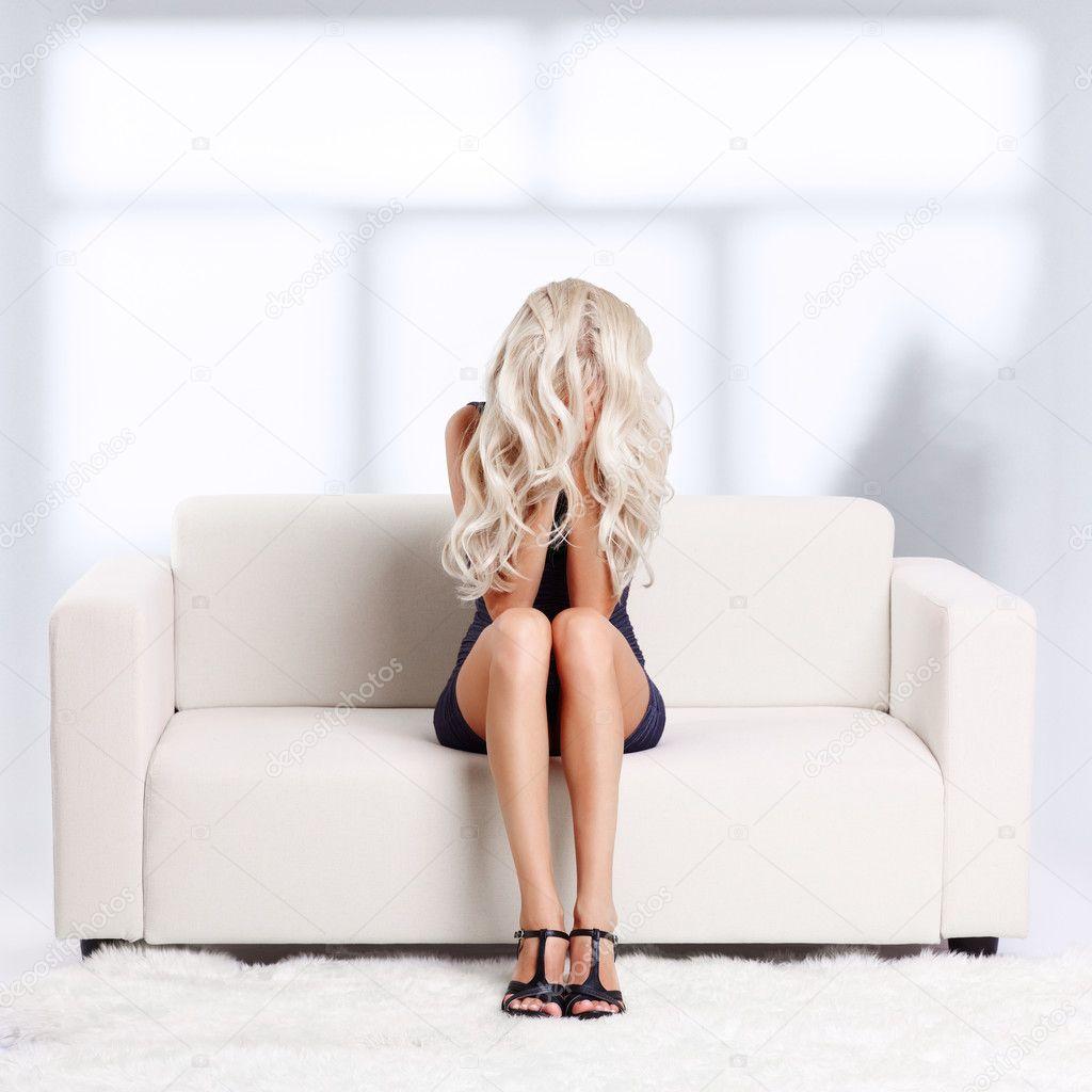 Фото девочка на диване 28 фотография