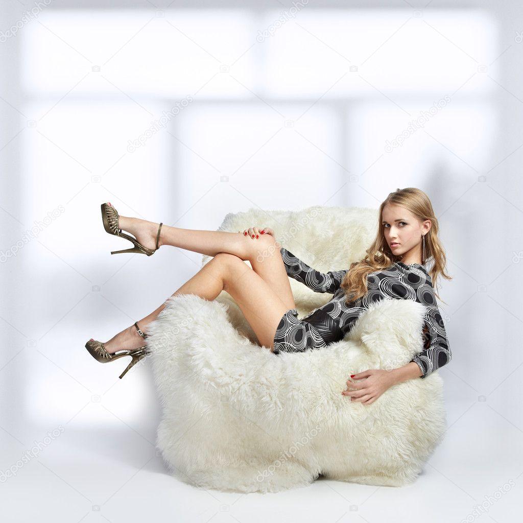 Фото блондинок в кресле 12 фотография