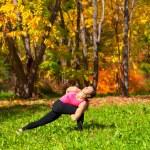 posición de yoga parivrita parshvakonasana — Foto de Stock
