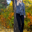Young beautiful woman in autumn park - Foto Stock