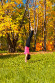 Posición de yoga adha mukha vrikshasana — Foto de Stock
