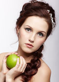Beautiful girl with apple — Stock Photo