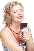 Frau mit schokoriegel — Stockfoto