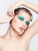Femme avec une coiffure créative — Photo