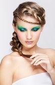 Kvinna med kreativa frisyr — Stockfoto