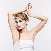 Yaratıcı bir saç modeli olan kadın — Stok fotoğraf