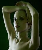 красивая блондинка на зеленый — Стоковое фото