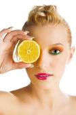 žena hospodářství citron — Stock fotografie