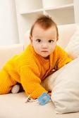Dziecko na kanapie — Zdjęcie stockowe