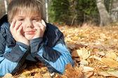 Junge im herbst park — Stockfoto