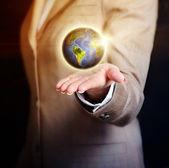 Zakenvrouw earth globe houdt in haar hand — Stockfoto