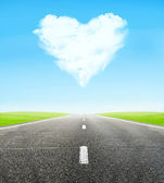 Road and cloudy heart in sky — Stockfoto