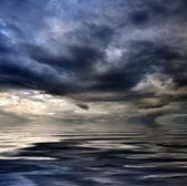 Karanlık bulutlu fırtınalı gökyüzü ve bulutlar dalgalar deniz - global ile — Stok fotoğraf