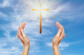 Mains priant avec une croix en bois — Photo