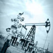 Foto Stock: Pump jack and oilwell.