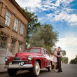 Pretty couple near the vintage car — Stock Photo