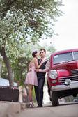 Mooie paar in de buurt van de oldtimers — Stockfoto