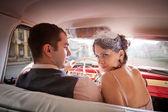 ビンテージ車の中ではかなりのカップル — ストック写真