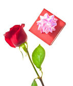 Red rose and beautiful gift box — Stockfoto
