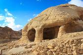 Kamenná jeskyně domů v bab jako sík, petra, jordánsko — Stock fotografie