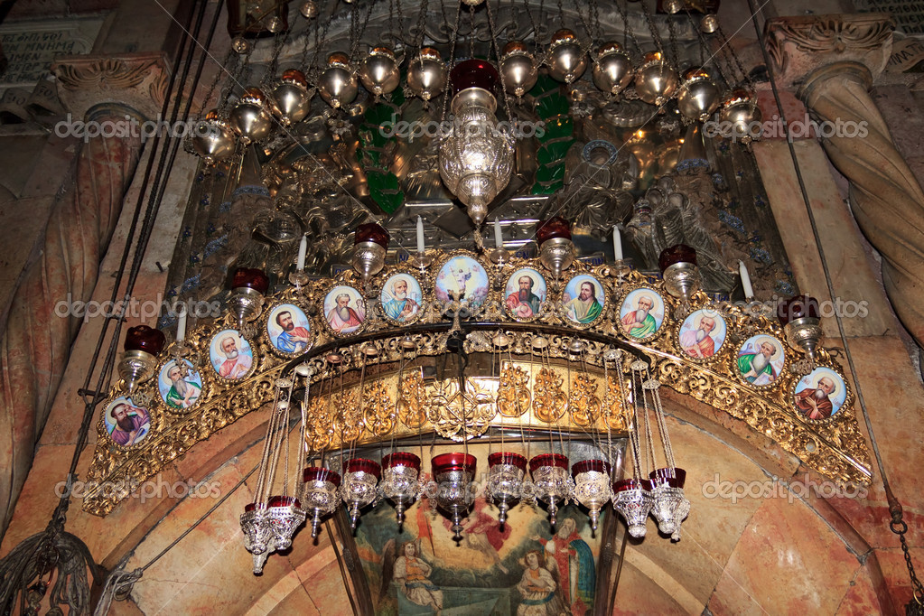 The icons above the entrance to the tomb of Jesus Christ. Church of the Holy Sepulchre, Jerusalem — Stock Photo #9832604