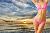 Frau mit schönen körper am strand — Stockfoto