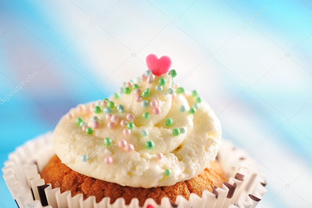 Cupcake with whipped cream and icing — Stock Photo #10533436