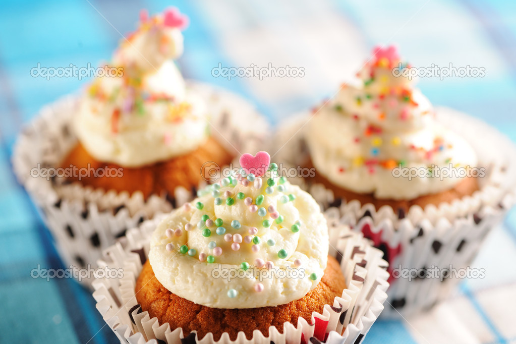 Cupcakes with whipped cream and icing — Stock Photo #10533440
