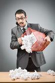 Człowiek z dużo zmarnowanego papieru — Zdjęcie stockowe