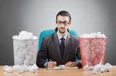 Hombre con un montón de papel desperdicio — Foto de Stock