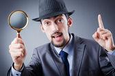Детектив и увеличительное стекло — Стоковое фото