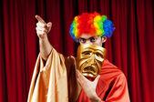 Herec s maks v pojetí vtipné divadlo — Stock fotografie