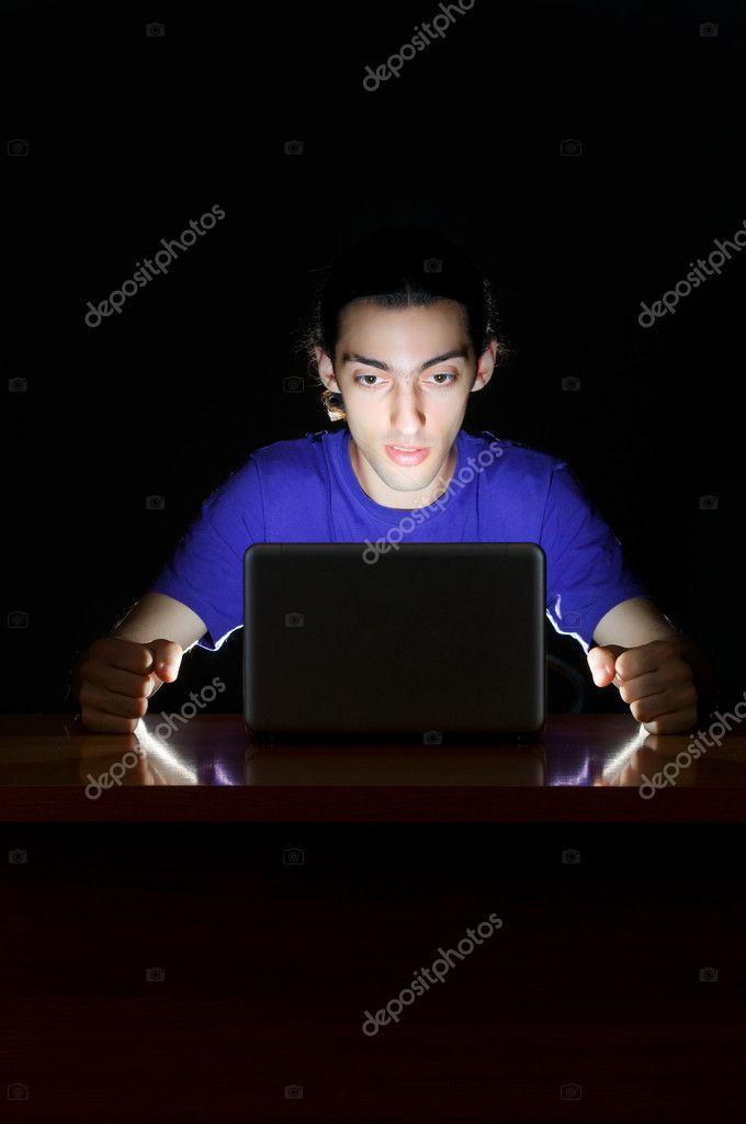 Hacker sentado en cuarto oscuro foto de stock 8126344 for Cuarto oscuro fotografia