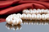 Naszyjnik z pereł na tle satyna — Zdjęcie stockowe