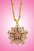 Złota biżuteria przeciw tło gradientowe — Zdjęcie stockowe