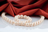 Pearls necklace on satin background — 图库照片