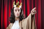 Re con la corona su sfondo — Foto Stock
