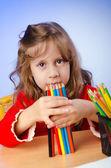 Petite fille dessin aux crayons — Photo