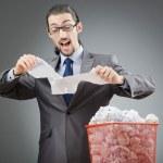 uomo con un sacco di carta sprecata — Foto Stock