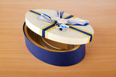 Caja de regalo en la mesa de madera — Foto de Stock