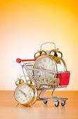 Comprando o conceito de tempo com relógio e carrinho de compras — Fotografia Stock