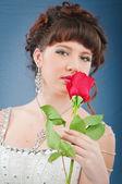 Vackra brud med rose i studio fotografering — Stockfoto