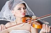 Bride playing violin in studio — Stock Photo