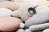 Navigační kompas na kamenných oblázků — Stock fotografie
