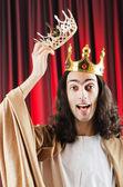 Grappige koning tegen rode gordijn — Stockfoto