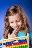 Dívka si hraje s abacus — Stock fotografie